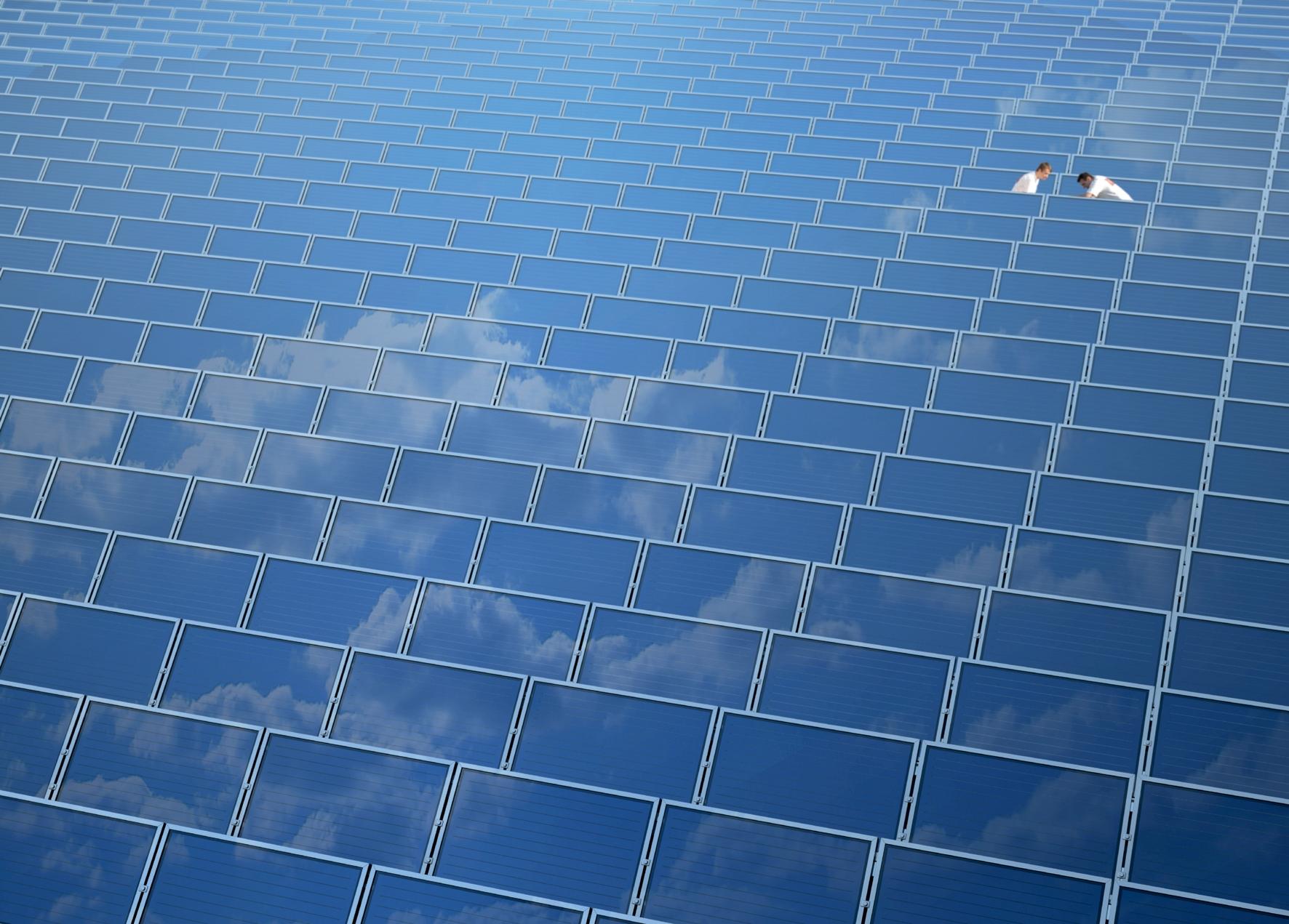Solare Großanlage mit zwei Handwerkern