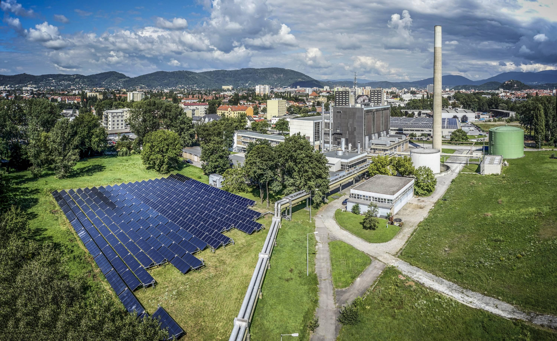 Fernwärme-Zentrale Graz mit bewölktem Himmel