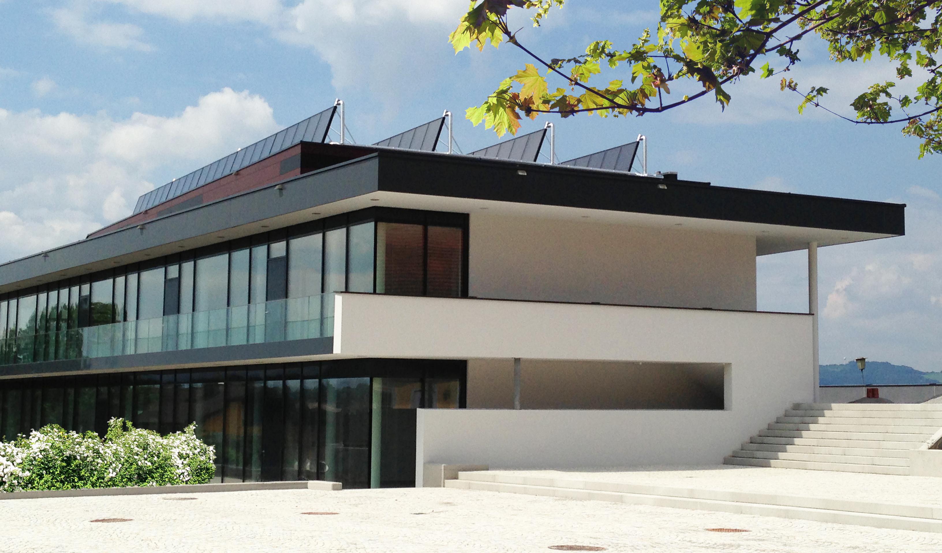 Kultur- und Gemeindezentrum Hallwang mit Sonnenkollektoren am Dach