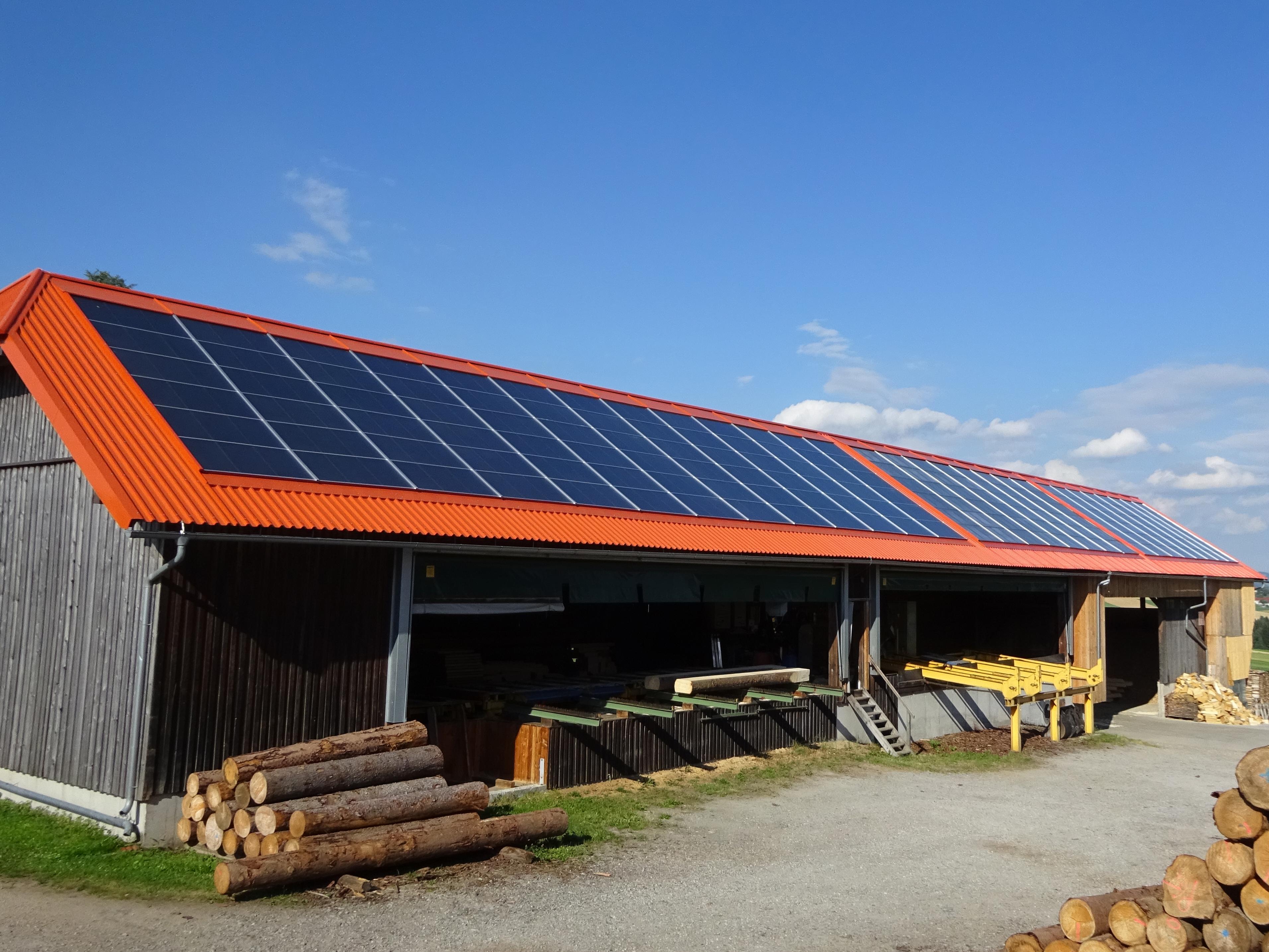 Manzenreiter Solare Hackschnitzeltrocknung Hausdach mit Solarkollektoren