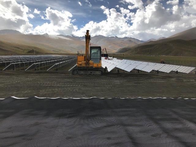 Bagger errichtet solare Fernwärmeanlage in Langkazi, Tibet