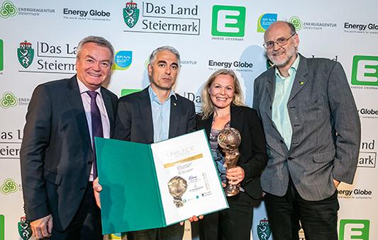 Anton Lang, Christian Fink, Margaretha Spencer und Ewald Selvicka mit Pokal und Urkunde des Energy Globes Styria 2019