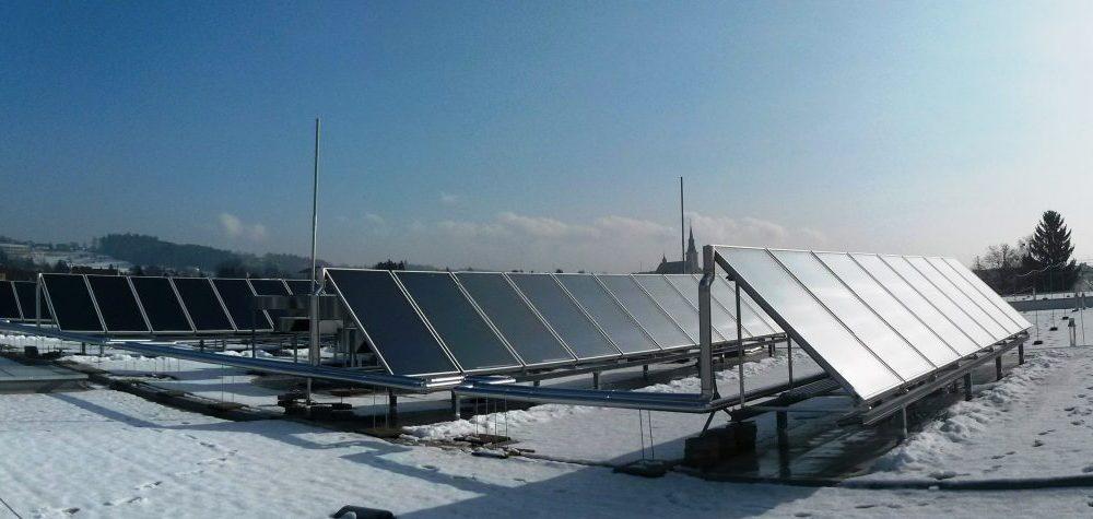 Verschneites Dach mit Solaranlagen