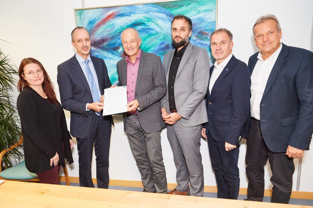 Roger Hackstock von Austria Solar und die übrigen Verbände der Wärmewirtschaft übergeben Jürgen Schneider das Maßnahmenpaket für die Heizungsmodernisierung
