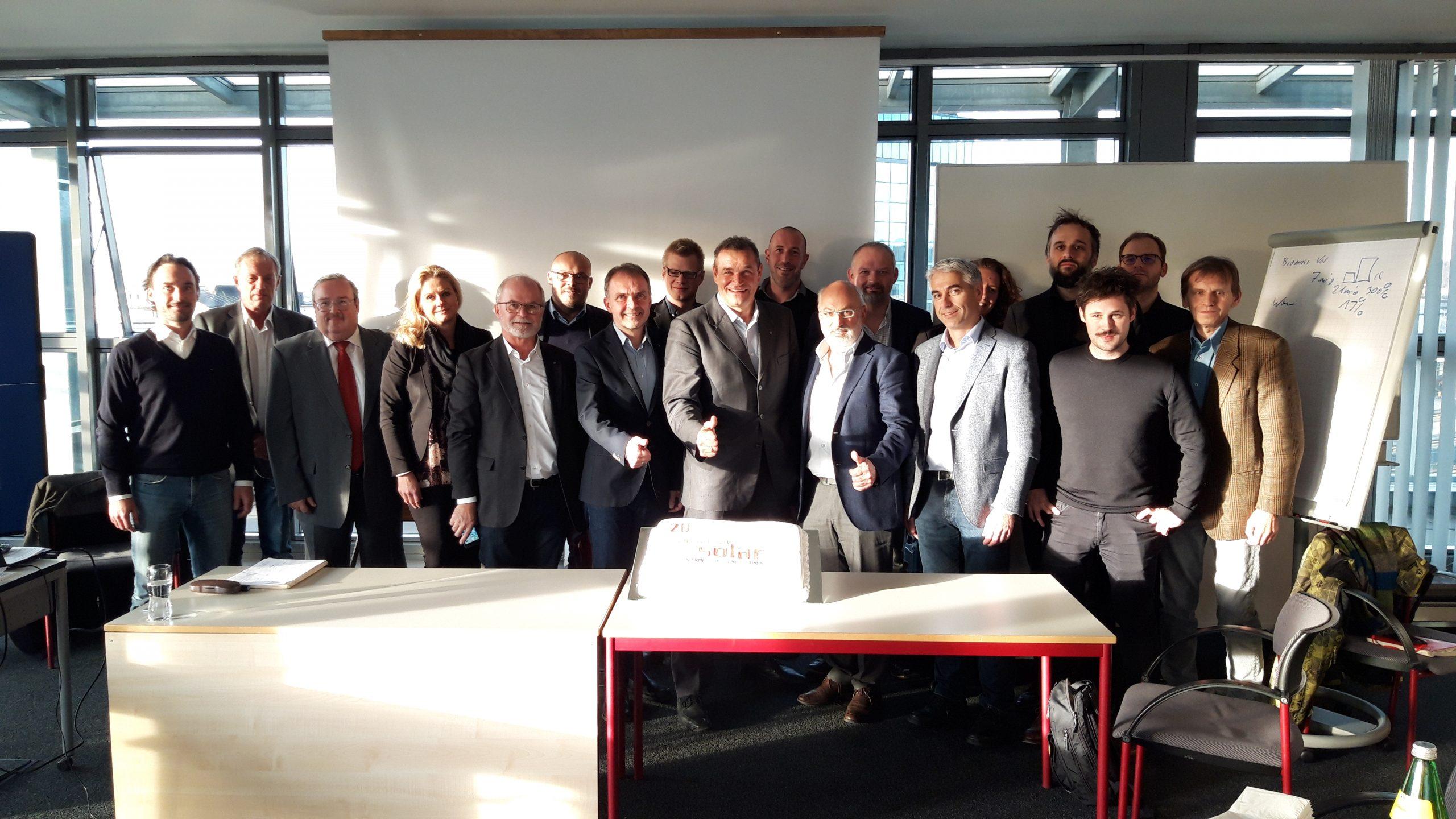 Austria Solar Mitglieder mit Torte 20 Jahre Jubiläum