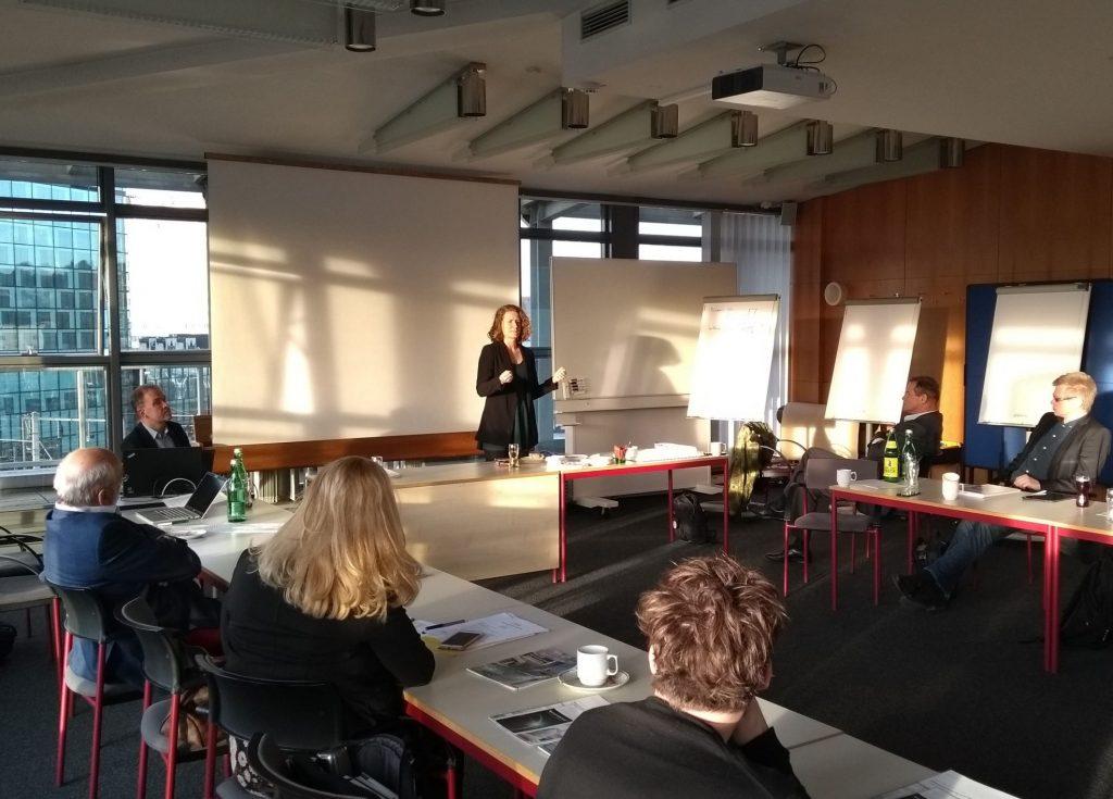 Katharina Rogenhofer trägt bei der Austria Solar Generalversammlung vor
