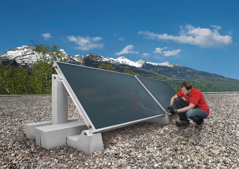 Hoval Solarkollektor UltraSol 2 auf Flachdach mit BEtonsockel und Techniker