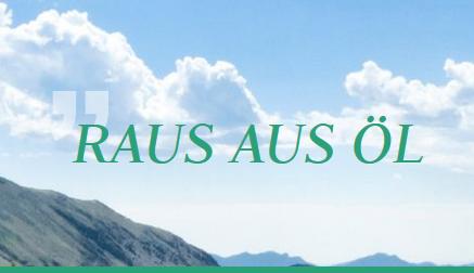 """""""Raus aus Öl""""-Schriftzug vor blauem Himmel mit Wolken und Bergen"""