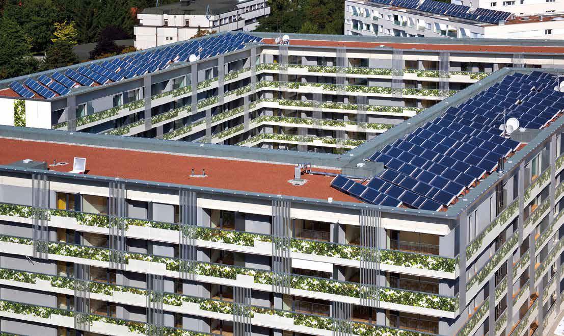 Sonnenkollektoren stehen auf dem Dach eines großen Gebäudes