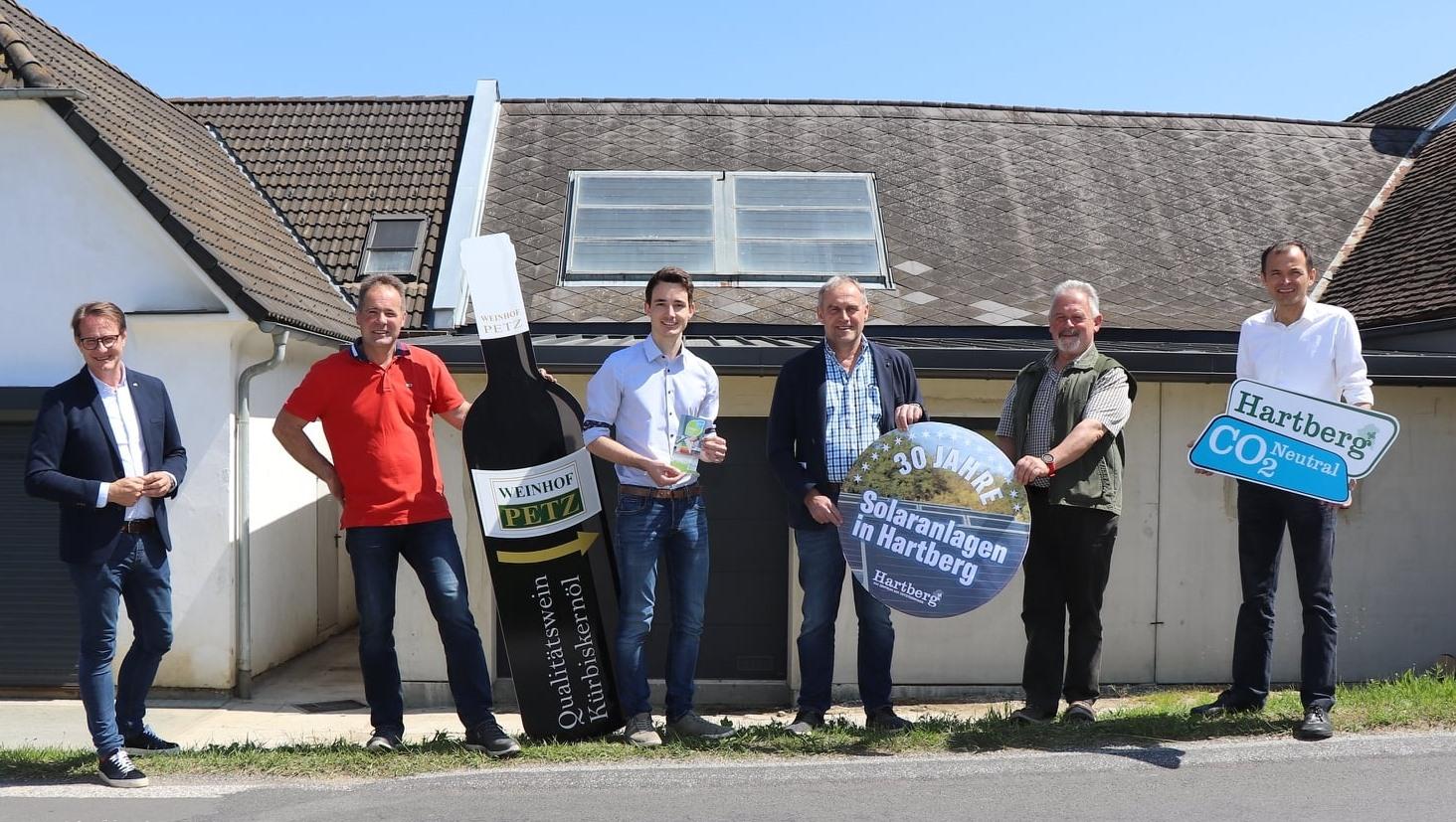 Marcus Martschitsch, Erwin Petz, Simon Schalk, Johann Winkler, Josef Fink, Anton Schuller stehen vor einer 30 Jahre alten Solaranlage