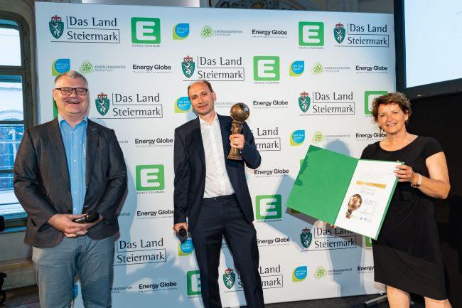 Stephan Jantscher und Hubert Neureuter nehmen den Energy Globe Styria von Umweltlandesrätin Ursula Lackner entgegen